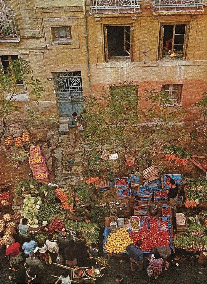 1960, Αθήνα, Κολωνάκι..στη λαική αγορά της οδού Ξενοκράτους.  Πίνακας !!!!!
