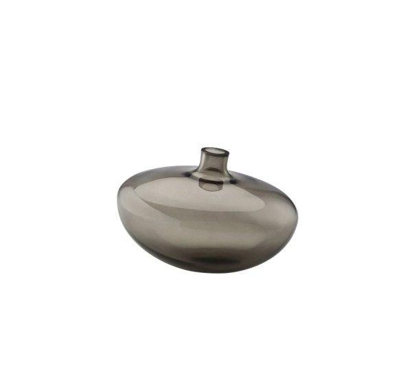 Progettato da Silke Decker per Rosenthal, Swinging è un vaso realizzato in fine vetro. Swinging è un vaso dal design raffinato ed elegante. Ispirata dai fili d'erba mossi delicatamente dal vento, la designer di Amburgo, Silke Decker, crea questi splendidi vasi. La particolare forma a gocca dei vasi Swinging gli permette di oscillare dolcemente e delicatamente se sfiorati, come se fossero accarezzati dal vento. Disponibili in diverse dimensioni e finiture, anche nella speciale finutura tit...