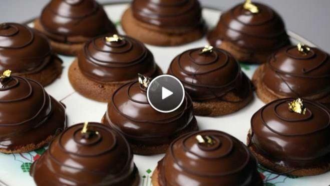 Rudolph's Bakery | de boter en de eidooier door de chocolade. Spatel een lepel eiwit door het chocolademengsel. Schenk het chocolademengsel bij het eiwit en spatel rustig...