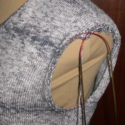 Um einen Ärmel einzustricken und sich die Näharbeit zu sparen *griiiins* muß man erstmal alle Maschen am Armausschnitt aufnehmen. Die Anzahl...