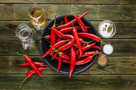 Já použila pálivé červené, ale naložit můžete v podstatě jakékoli menší papriky, které vám chutnají; Eva Malúšová