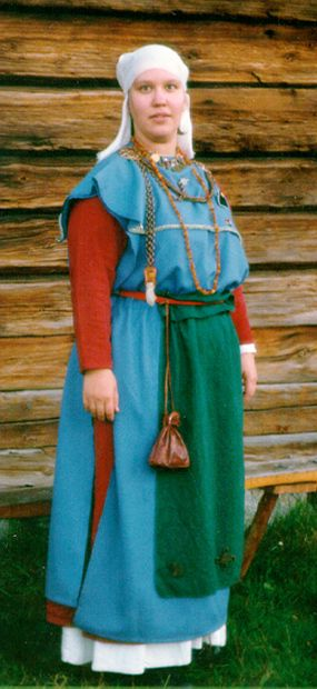 Paper on Iron age/early medieval costumes of Finland by Jenny Kangasvuo. Suomalainen muinaispuku -tutkielman liitteet. http://www.student.oulu.fi/~jek/liitteet.html