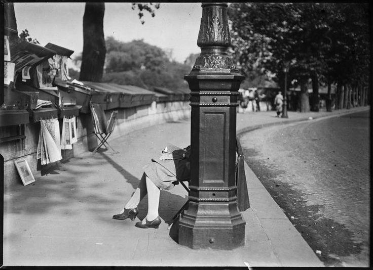 André Kertész, Femme lisant sur un quai, Paris, ca. 1930.
