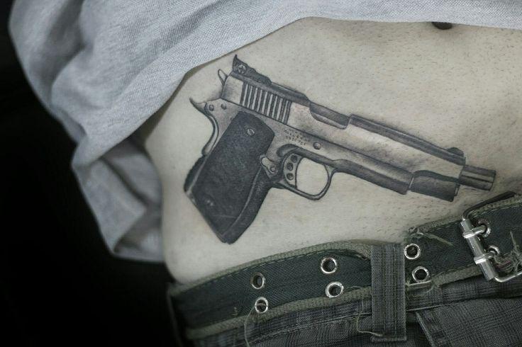 Pistola tattoo  bytes Japa índi Black and Grey tattoo