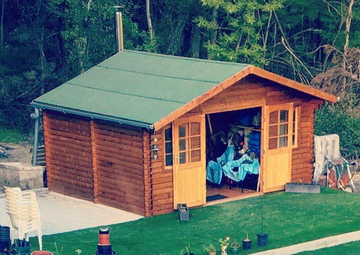 Casa de madera para jardín. Caseta instalada sobre una solera de hormigón y decorada con césped artificial. Caseta con techado asfaltico verde y canaletas para recogida de agua. Descubre tus posibilidades en Hortum.