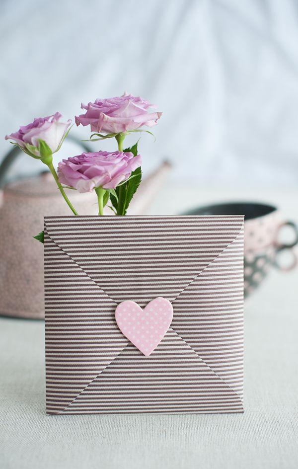 DIY: How to make a pretty Valentine envelope.
