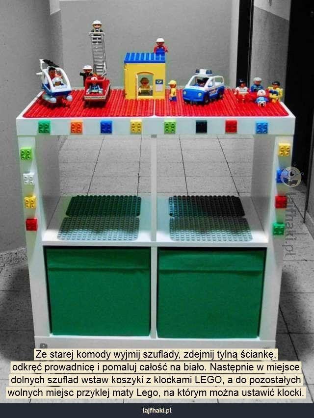 Jak zrobić porządek z klockami LEGO? - Ze starej komody wyjmij szuflady, zdejmij tylną ściankę, odkręć prowadnicę i pomaluj całość na biało. Następnie w miejsce dolnych szuflad wstaw koszyki z klockami LEGO, a do pozostałych wolnych miejsc przyklej maty Lego, na którym można ustawić klocki.