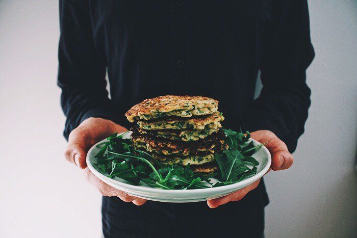 Zucchini fritters?? How could you say no  delish recipe is on the blog. Hand modeling enquiries to @realignmyotherapy  . #friendlylittlekitchen #zucchini #fritters #inmyhand #fodmapfriendly #fodmapdiet #lowfodmap #glutenfree #healthyfood #paleo #protein #nutritious #nourish #lactosefree #delicious #thefeedfeed #feedfeed #foodblogfeed #foodblogger ##melbourne