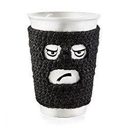 Diese Porzellantasse mit gehäkeltem Wärmer von DONKEY ist ein praktisches Geschenk für alle Kaffeetrinker oder Teeliebhaber. Man kann das Lieblingsgetränk ohne kalte Hände genießen und die Tasse si…