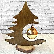 Comprar y ordenar Árbol de navidad de color marrón de navidad de mesa con la bola dorada nº №2 en la tienda en línea en la Feria de Artesanos. Con entrega a Rusia y CEI. Materiales: plywood 8 mm. Tamaño: 225h255 mm