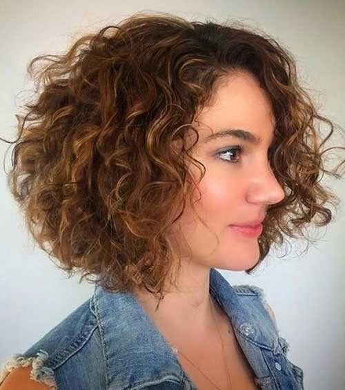 Sehr beliebte lockige kurze Frisuren, die jede Dame sehen muss