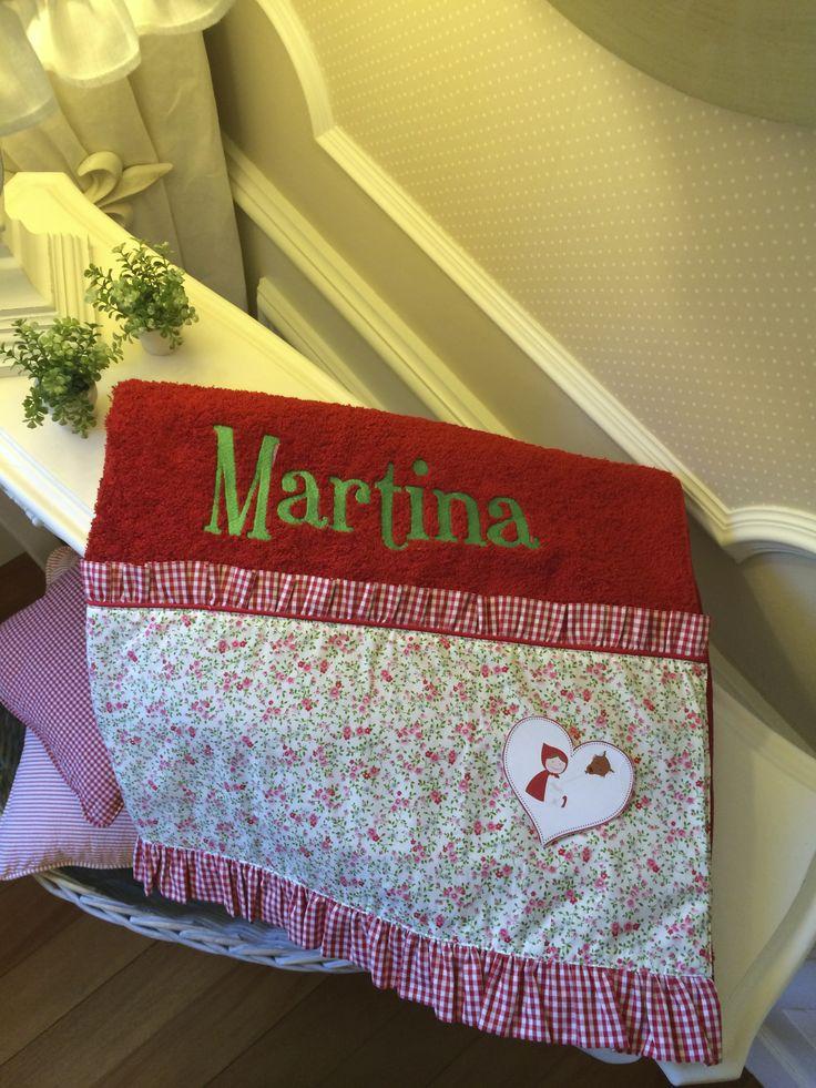 Toalla de algodón egipcio, con tela de florecitas y volante vichy, con nombre bordado.