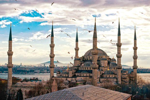 Stambuł to miasto tak różnorodne kulturowo, światopoglądowo, religijnie i estetyczne, że fascynuje od setek lat. Pierwsze ślady osadnictwa na terenie dzisiejszej stolicy Turcji zostały zauważone już niemalże 700 lat p.n.e. Dziś to wielka metropolia położona na dwóch kontynentach, pomiędzy dwoma morzami. Mieszka tam prawie dwanaście milionów osób, co czyni ją prawdziwą gospodarczą, kulturalną i religijną potęgą regionu. http://soperlage.com/stambul-piekna-roznorodnosc/