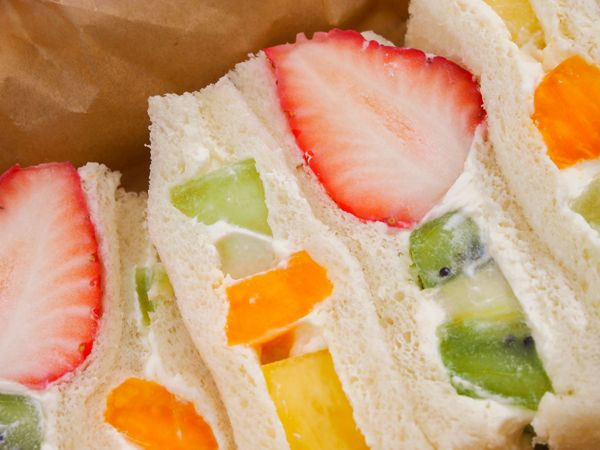 """桜のシーズンを迎えた京都では、あちこちで春らしい景色が楽しめるようになりました。こんな季節には、「サンドイッチ」を手に散歩をしてみたくなります。京都の""""おいしいパン屋さん""""を紹介するシリーズ、今回は鴨川でサンドイッチを味わいました。和牛ステーキ店や老舗のフルーツパーラーなど計5店舗から、バラエティー豊かな京都のサンドイッチを6種類紹介します。 目次 シャキシャキ、サクサク……さまざまな食感を味わうなら ステーキ店が販売する1,900円のカツサンド 大粒のイチゴに釘付け! フルーツサンド フランス生まれの""""大人""""な1品 食べ応え満点! 具材たっぷりミックスサンド ■ フルール・ド・ファリーヌ(京…"""