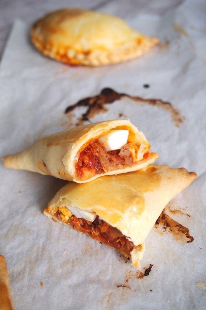 Empanadas au thon (tomates en boites, thon en boite, oignons, pignons de pins…