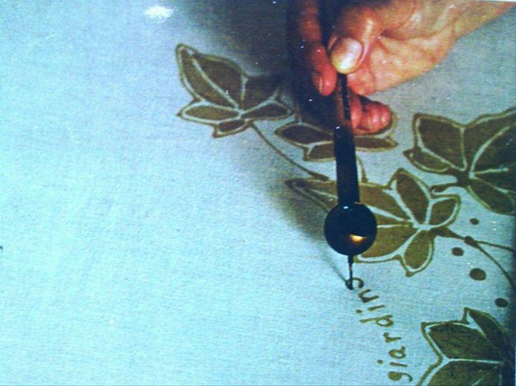 """Batik su seta: la tecnica – il giardino dell'acero rosso – Il batik, antico metodo di decorazione di origine sud asiatica, viene rielaborato da il giardino dell'acero rosso. I disegni esclusivi e il fascino della tecnica impiegata pregiano ogni creazione della qualità di pezzo unico. La stoffa viene dipinta con cera vergine d'api liquefatta con un particolare strumento chiamato """"tianting""""..."""
