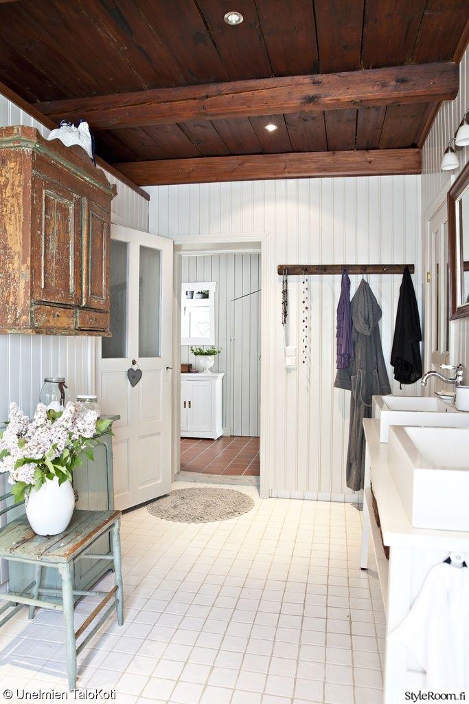 Kylppäriin vaalea pystypaneeli jos suihkun seinät suojattu,  lattiaan sopisi kuitenkin värillinen kaakeli, lattialämmityksellä