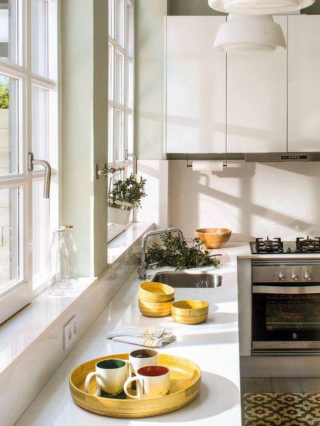 Cocina con ventanal y repisa o alféizar