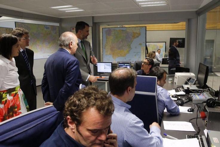 Su Majestad el Rey conversa con los trabajadores del Centro de Gestión del Tráfico. Dirección General de Tráfico. Madrid, 06.04.2015