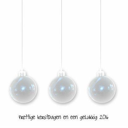Eenvoudige kerstkaart met 3 kerstballen op een witte achtergrond. Pas de tekst naar wens aan.