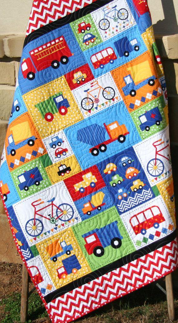 Vehículo muchacho tejido primario rojo azul niño del bebé cama coches camiones coche bicicleta Buses camión listo Set ambulancia vaya fuego carro primaria ¡Listo para enviar! ¡Go Set listo! Esta es la línea más reciente de Ann Kelle para Robert Kaufman telas. Los colores primarios se mezclan tan bien, naranja, rojo, verde, amarillo azul y negro. Esta tela era muy divertido para trabajar y prefecto para niños pequeños! Usted elige el tamaño del bebé aproximadamente 37 x 44 o niño 37 x 54. El…