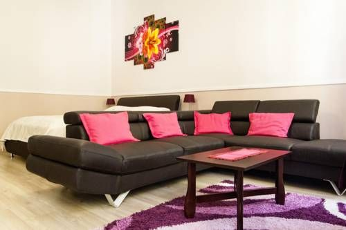 Eötvös Apartman Budapest Set in Budapest, Eötvös Apartman offers self-catering accommodation with free WiFi. The unit is 700 metres from State Opera House.  The kitchen is equipped with a microwave. Towels and bed linen are provided in this self-catering accommodation.