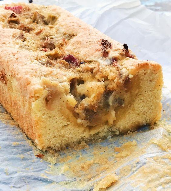 Denna kaka är en blandning av sockerkaka och kladdkaka. Den innehåller inget bakpulver men blir som sockerkaka i konsistensen runt kanterna, i mitten blir den som en len och god kladdkaka. Rabarbern ger kakan en syrlig ton som vaniljsockret balanserar upp fint med sin sötma.