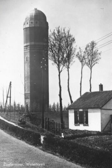 De watertoren toen nog midden in de polder