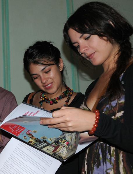 Karol Cariola (izquierda), secretaria general de las Juventudes Comunistas (JJCC) de Chile y Camila Vallejo, miembro del Ejecutivo, durante un encuentro que sostuvieran con dirigentes de la Federación Estudiantil Universitaria (FEU), en la sede del Secretariado Nacional. Foto: Omara García Mederos
