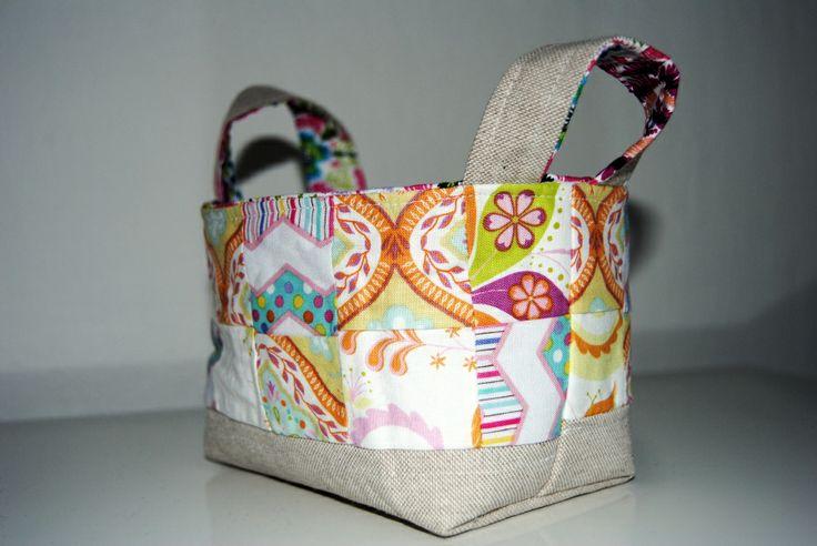 Malý a roztomilý látkový košíček. Ušito podle: http://ayumills.blogspot.cz/2008/05/tutorial-fabric-basket.html