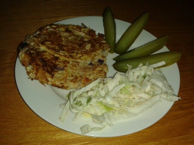 Tuna pattie with vegetables, 1 eggs mix together / pickle and coslaw salad