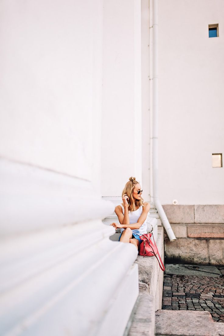 Casual blue-toned outfit with a raspberry pink bag and Converse at the beautiful Helsinki cathedral - Anna Pauliina, Arctic Vanilla blog.