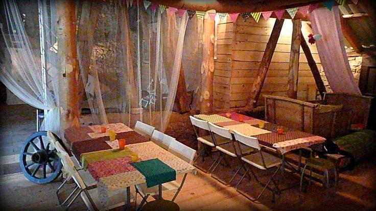 d coration de mariage boh me chic nappes avec chutes de tissus fanions dans une vieille. Black Bedroom Furniture Sets. Home Design Ideas