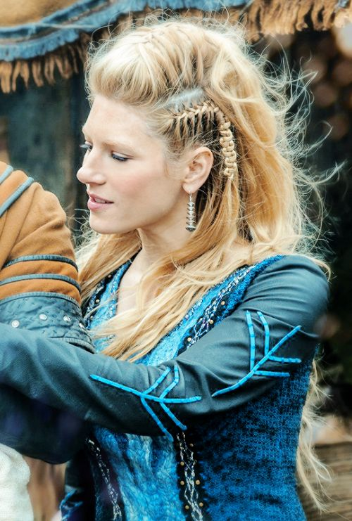 I ALWAYS need more stills of her braids :P