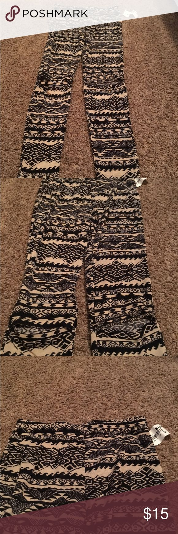 Nwt signatures tribal print cut out leggings NWT signatures black & white/ off white tribal print leggings with cut out opening at the knees for the ripped look. 100%polyester size small. Purchased at a boutique in NYC. Open to offers! signatures Pants Leggings