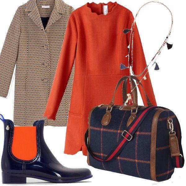 Scende la pioggia, ma che fai? Semplice! Indosso delle boots da pioggia in pvc blu e arancio, un look perfetto da indossare per un giorno fuori casa. Un abito chiuso dietro con collo e polsini finitura merletti rosso mattone, un cappotto leggero con fantasia blu e arancio e borsa in tessuto a quadri.