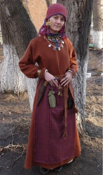 I love traditional Slavic clothing, especially from the Rus Vikings. The color combo here is particularly striking.