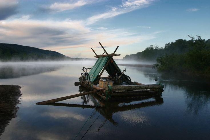 Familievakantie in Zweden. Bouw ook zo'n houtvlot met je gezin, en zak vervolgens langzaam de rivier af!