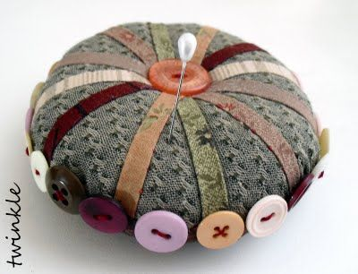 Pincushion w/ buttons & trim. TWINKLE PATCHWORK: octubre 2009..