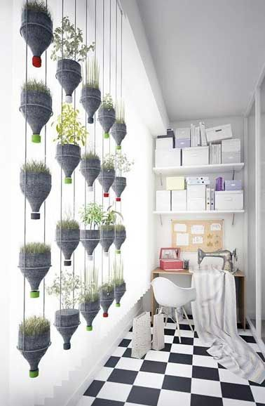 Séduisant de légèreté,le mur végétal prend ses quartiers déco dans la maison et le jardin. Mur à réaliseravec des plantes et des objets de récup, des palettes ou planches pour aménager un mur végétal peu cher et original en intérieur ou sur le balconet la terrasse.   Rédigé le 5/01/2016 mis à