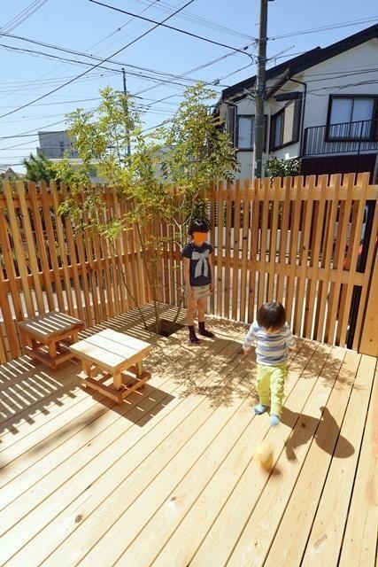 ナチュラルな雰囲気で、住まいのデザインにとけ込むウッドフェンス。天然木材はもちろん、最近ではお手入れしやすい木目調の樹脂製フェンスなど、さまざまな素材やデザイ…