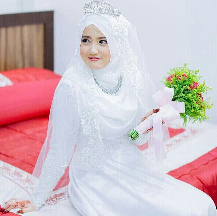 Pretty bride with hijab & tiara…… photo by hzpimage