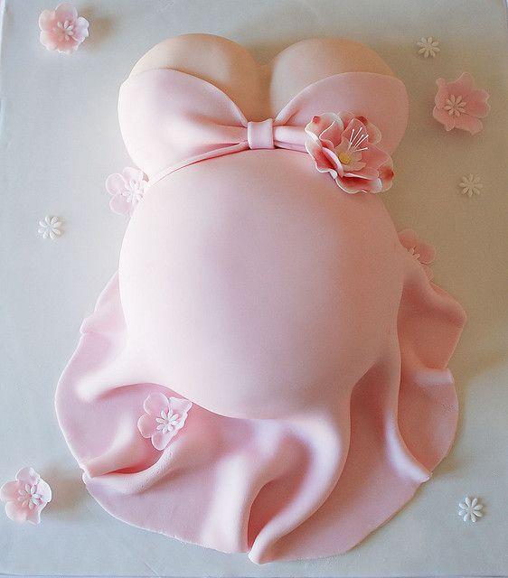 Een mooie zwangere buiktaart voor een gezellige babyshower met versiering van Babyshower Friesland. www.babyshowerfriesland.nl