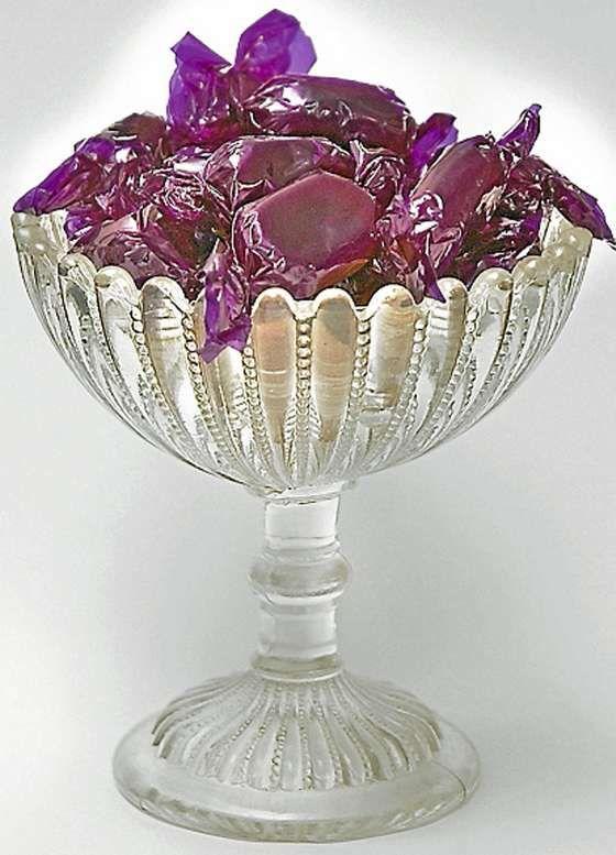 Sukkerskål fra Eda glassbruk i Sverige. Skålen fra ca. 1900 ble også produsert i farget glass: asurblå, sitrongul etc. Verdi kr 300-450.