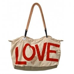 Love it. With this bag you support a community of local fishermen in Kenya who, in stead of fishing, now make these bags. They now have a steady income and can support their large families.