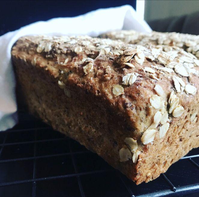 Denne oppskriften gir to skikkelig gode glutenfrie brød bakt med bokhvete, havre og frø. Dette er nok min favoritt når det kommer til alle oppskriftene på brød her på bloggen. Brødene er ikke bare …