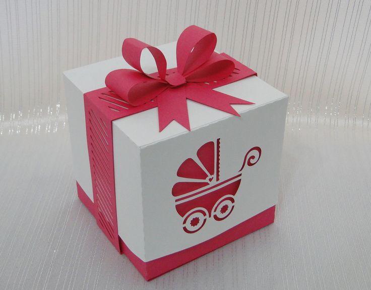 Delicada caixa recortada em papel 180 gramas. Com aplique de laço duplo.As cores podem ser alteradas de acordo com o tema do seu evento.Perfeita para acondicionar docinhos, mini sabonetes e outros mimos.