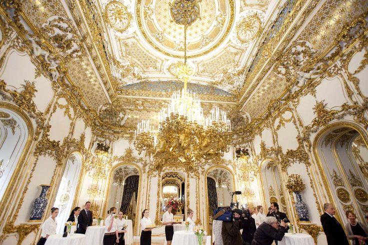 Ballroom City Palace di Wina, Austria. Temboknya dilapisi kertas emas.