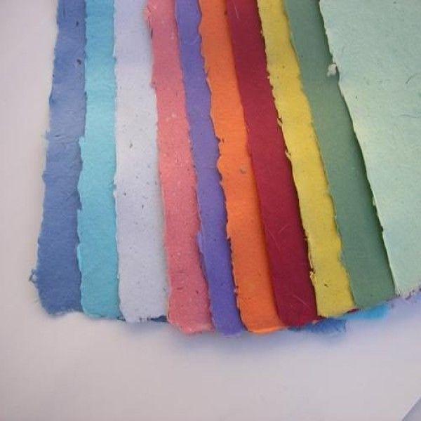 Reutilizá los papeles y creá los tuyos propios. Podés hacer hojas decorativas o para escribir siguiendo estos pasos.Sirve casi cualquier papel, aunque el más adecuado es el que se usa para imprimir porque es más fuerte. También son muy buenos el papel de estraza, las bolsas de papel y los sobres. Evitá las hojas brillantes brillantes y, si el papel está impreso, será mejor que no tengan demasiada tinta.   El papel de diario es útil como relleno, en combinación