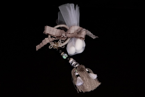 Check out this gorgeous towel ring #favor embellished with black and white beads and a tassel. It makes a perfect #favour for a #winter/ #summer #wedding.£4.00